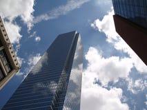 Buliding di vetro nelle nubi Fotografie Stock Libere da Diritti