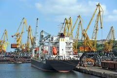 Bulk Cargo Ship Under Port Crane Royalty Free Stock Photography