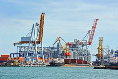Bulk cargo ship under port crane Royalty Free Stock Photos
