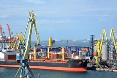 Bulk cargo ship under port crane Stock Photo