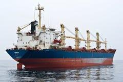 Bulk-carrier Angara op de wegen De Baai van Nakhodka Van het oosten (Japan) het Overzees 09 04 2014 Stock Fotografie
