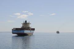 Bulk lastfartyg som väntar den höga tiden Arkivfoton