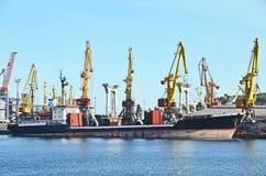 Bulk lastfartyg under portkranen Fotografering för Bildbyråer