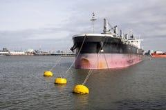 在鹿特丹口岸的Bulklading schip 免版税库存图片