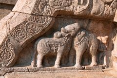 Bull и слон вычисляют на балюстрадах, северном входе к mandapa Nataraja, комплексе виска Airavatesvara, Darasuram, Tami Стоковая Фотография RF