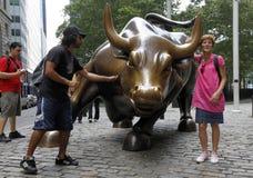 Bull cobrando perto de Wall Street Fotografia de Stock Royalty Free