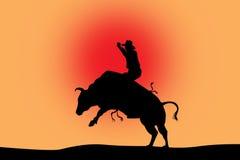 Bull, das schwarzes Schattenbild auf Rot reitet Stockfoto