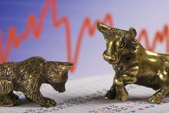 Bull et ours au marché boursier Photos libres de droits