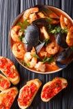 Bullabesas deliciosas de la sopa del tomate con los camarones, prendederos de pescados a foto de archivo libre de regalías
