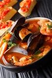 Bullabesas deliciosas de la sopa del tomate con los camarones, prendederos de pescados a imagen de archivo libre de regalías