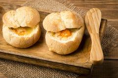 Bullar bakade med spenat, ägg och ost på träbakgrunden Arkivbilder