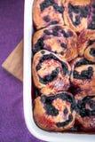 Bullar med blåbäret i den stekheta maträtten Arkivfoton