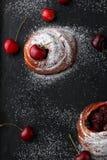 Bullar med den nya körsbäret på mörk bakgrund Royaltyfri Fotografi