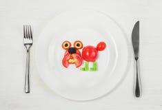 Bulldogge von frischen Tomaten lizenzfreie stockbilder