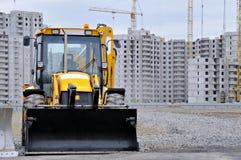 Bulldozer bij de bouw van flatgebouwen royalty-vrije stock foto's
