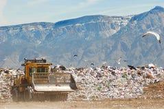 Bulldozer bij de stortplaats Stock Foto's