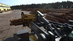Bulldozer bij de zaagmolen, vervoer van logboeken, werkschema bij de zaagmolen stock videobeelden