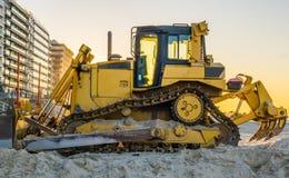 Bulldozer bij het strand, grond bewegend materiaal, zware machines, de grondslagindustrie royalty-vrije stock afbeeldingen