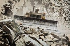 Bulldozer che fa la costruzione di strade in Himalaya Fotografia Stock