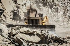 Bulldozer che fa la costruzione di strade in Himalaya Immagini Stock Libere da Diritti