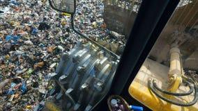 Bulldozer che funziona ad uno scarico della città, landill La vista dalla carrozza video d archivio