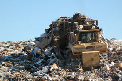 Bulldozer che spinge immondizia Immagine Stock Libera da Diritti