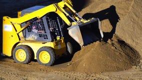 Bulldozer che spinge sabbia archivi video