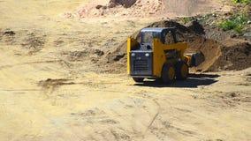 Bulldozer che spinge sabbia - video di riserva. stock footage