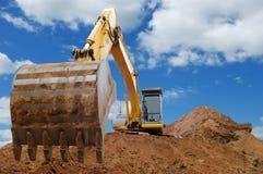 Bulldozer del caricatore di escavatore con la grande benna Fotografie Stock