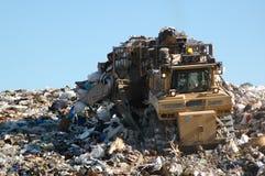 Bulldozer, der Abfall drückt Lizenzfreies Stockbild