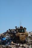Bulldozer an der Aufschüttung Stockbild