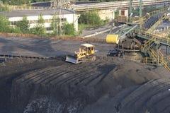 Bulldozer dichtbij kolenmijn Stock Foto