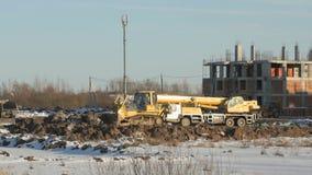 Bulldozer die aan bouwwerf in de zomer werken stock videobeelden
