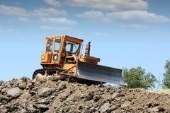 Bulldozer die aan weg werken Stock Foto's
