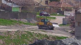 Bulldozer die bij de fabriek werken stock video