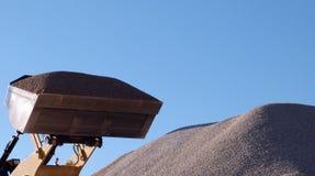 Bulldozer die met verpletterde stenen werkt Royalty-vrije Stock Afbeeldingen