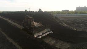 Bulldozer duwende steenkool Het graafwerktuig sorteert steenkool Mijnbouwantraciet Illustratie op witte achtergrond Pakhuis met g stock footage
