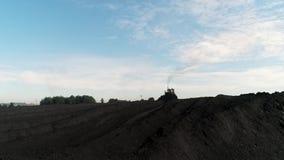 Bulldozer duwende steenkool Het graafwerktuig sorteert steenkool Mijnbouwantraciet Illustratie op witte achtergrond Pakhuis met g stock video