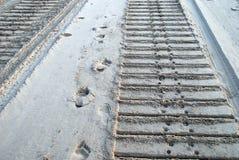 Bulldozer e piste umane in sabbia Immagine Stock