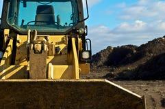 Bulldozer e sporcizia sul luogo di contruction immagine stock libera da diritti