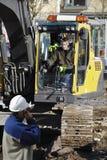 Bulldozer en bouwarbeiders Stock Afbeeldingen