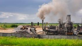 Bulldozer i industriområde Royaltyfri Foto