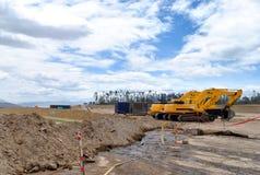 Bulldozer i mitt av en konstruktion royaltyfria bilder