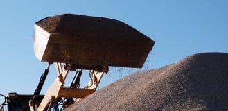 Bulldozer klaar om verpletterde stenen te laten vallen Royalty-vrije Stock Foto's
