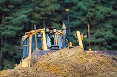 BULLDOZER - Konstruktionsmaskineri på vägkonstruktionsplatsen Arkivfoton