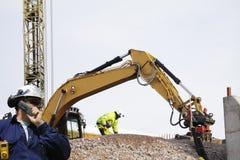 Bulldozer och arbetare i handling Arkivfoton
