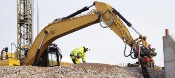 Bulldozer och arbetare i handling Arkivbilder