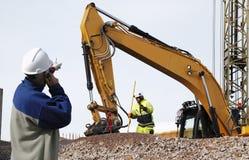 Bulldozer och arbetare i handling Royaltyfri Fotografi
