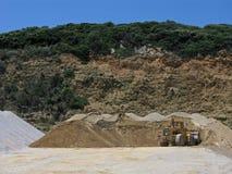 Bulldozer och högar av sand Arkivbilder