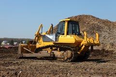 Bulldozer op het werk in het Russische weg maken Royalty-vrije Stock Foto